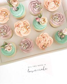 """4,486 次赞、 37 条评论 - Whipped Cake Co. (@whippedcakeco) 在 Instagram 发布:""""This bottom cake has a centre full of pink lollies and the cake cut outs form the mini cake on top…"""""""
