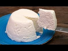 Queso fresco casero con ¡SOLO 2 INGREDIENTES! Mézclalos y se hará la magia - YouTube Chocolate Pastry, Homemade Chocolate, Mexican Food Recipes, Dessert Recipes, Desserts, Queso Fresco Recipe, Cheese Dishes, Homemade Cheese, How To Make Cheese