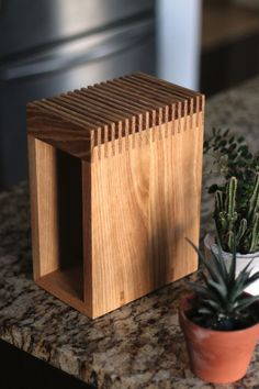Post with 1988 views. Woodworking Projects Diy, Diy Wood Projects, Wood Crafts, Diy Knife, Wood Knife, Modern Knife Blocks, Knife Storage, Knife Holder, Diy Holz