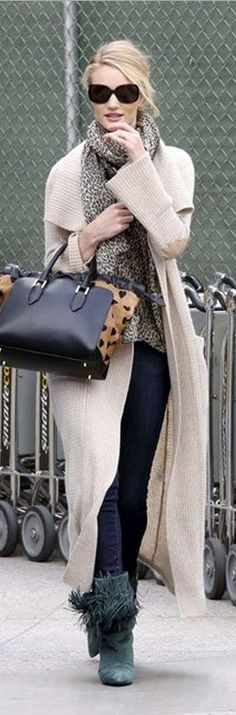 Who made Rosie Huntington-Whiteley's  black handbag, blue skinny jeans and green suede fringe boots?