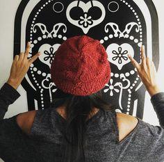 cappellino di lana bordeux realizzato con ferro circolare, con rombi in rilievo
