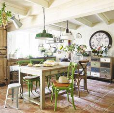 Verschiedene Stühle um den Esstisch liegen im Trend. #chairs #livingroom #furniture #home #homestory #interior #decoration