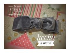 Moña gris de terciopelo hecha a mano. Se hacen por encargo y envíos a toda España. #latarara