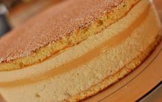 Cet entremet se compose, de bas en haut, d'un biscuit cuillère, de dés de poires, d'une bavaroise à la vanille, d'un crémeux au caramel, d'une deuxième fine couche de bavaroise à la vanille et d'un nouveau biscuit cuillère. Pour 8-10 personnes (cercle...