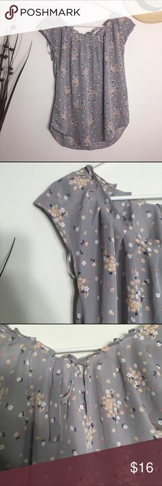 LC Lauren Conrad floral pleat neck woven top Small Only worn twice. In very good condition with no visible damage. Looks great tucked into a pencil skirt or loose over shorts! LC Lauren Conrad Tops Blouses