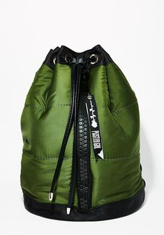 Poster Grl All Puffed Bomber Backpack uz ya ready to fill it up, bb! Stay cool in these streets with this bomber backpack with a zipper detail on the front, adjustable straps and a drawstring closure.
