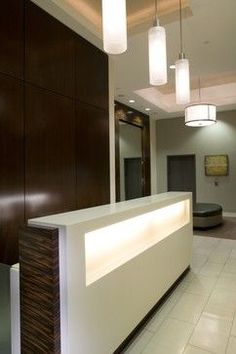 Modern Reception Desk Design Ideas, Pictures, Remodel, and Decor Hotel Reception Desk, Modern Reception Desk, Reception Desk Design, Reception Areas, Reception Table, Modern Hall, Cheap Countertops, Home Decor Online, Commercial Design