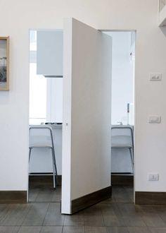"Puerta giratoria ""sitema pivot"" con zócalo-Hidden door with vertical pivot system by L'Invisibili. Pivot Doors, Internal Doors, Sliding Doors, Barn Doors, Modern Interior, Interior Architecture, Interior And Exterior, Interior Door, Interior Design"