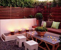 Ideen zum Terrassen gestalten-idyllische Sitzecke mit Sichtschutzzaun aus Pflanzen