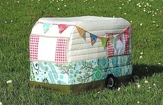Please note this item is an INSTANT DIGITAL DOWNLOAD - When I made a Vintage Caravan Sewing Machine Cover and posted a picture of it on my blog, I received a surprising number of requests for a pattern - and here it is! This Download includes: 1 - The Introduction 2 - The Pattern