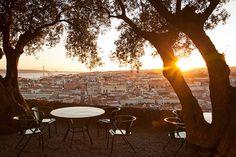 Miradores de Portugal: mejor desde arriba | Via Condé Nast Traveler España | 21/03/2014  Si algo tiene #Portugal son vistas. Desde los tranquilos miradouros de Lisboa a los salvajes horizontes de la costa lusa, paisajes que enamoran al primer vistazo. En castillos y montañas, acantilados y 'pueblitos', Portugal se deja mirar, así que no te cortes, mírala fijamente y disfruta de su bonita cara. Photo: Castelo de Sâo Jorge. #Lisboa #Portugal