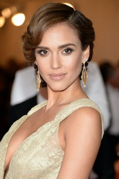 American actress Jessica Alba was in attendance at the 2014 Met Gala, and showed off her flirty side in a Diane von Furstenberg dress. Jessica Alba Style, Jessica Alba 2014, Jessica Alba Hair, Jessica Alba Pictures, Peinados Jessica Alba, Up Hairstyles, Wedding Hairstyles, Red Carpet Hair, Actress Jessica