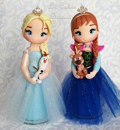 Anna e Elsa Frozen Fever no Frozen Fondant, Frozen Cake, Frozen Party, Frozen Birthday, Bolo Frozen, Anna Frozen, Anna E Elsa, Fimo Disney, Polymer Clay Disney
