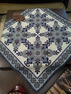Καρρέ 0.90 Χ 0.90 μετρητό σχέδιο 171 (υλικά για να το κεντήσετε) ΤΙΜΗ : 39,50 € Για περισσότερες πληροφορίες επισκεφτείτε μας στην ηλεκτρονική μας διεύθυνση: Cross Stitch Designs, Cross Stitch Patterns, Cross Stitches, Blackwork, Cross Stitch Embroidery, Bohemian Rug, Rugs, Handmade, Table Clothes