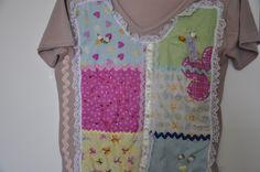 **** Camiseta manga curta, malha de ótima qualidade, cor rosa antigo, decote em V, com aplicação de quadradinhos de tecido em várias estampas. Detalhes: nos quadradinhos aplicação de  renda branca, trancelim, flores de cetim , lantejoulas vermelhas e pérolas.            *******PRODUTO SOB ENCOMENDA.******* **** Aceitamos encomendas em todos os  tamanhos, cores e modelos (baby look, convencional, mangas longas, regata)!  **** Consultar valor do frete! R$60,00