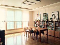 #책이있는공간 입주 2년차 접어들고 있는 30평 아파트 입니다 8살 초등학생이 있는데 엄마가 도와줄 숙제들이 많다고 해서 입주할때 2m짜리 테이블 들여서 북카페 스타일로 했어요. 태이블과 책장 모두 공방에 맞춤제작 한 것들입니다 볕이 그리운 겨울엔 창가쪽으로 테이블을 옮기고 더운 여름엔 책장 앞으로 놓고 사용해요