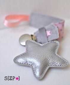 Découvrez accroche sucette velours de coton gris et rose poudré, étoile porte prénom personnalisé  sur alittleMarket