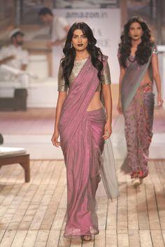 Latest Elegant Indian Saree Click VISIT link above to read New Saree Designs, Sari Blouse Designs, Saree Blouse Patterns, Dress Indian Style, Indian Dresses, Indian Outfits, Indian Designer Outfits, Designer Dresses, Designer Wear