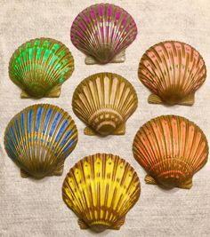 Sherry's Seashells and Sharpies. Painting on Sea shells with sharpies! I hav… Sherry's Seashells and Sharpies. Painting on Sea shells with sharpies! I have fallen in love with metallic sharpies! Seashell Painting, Seashell Art, Seashell Crafts, Beach Crafts, Pebble Painting, Stone Painting, Oyster Shell Crafts, Painted Shells, Diy Schmuck