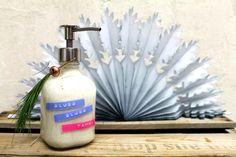 Schäume sind Träume - und zwar in der Badewanne, vor allem mit dem folgenden Last-Minute-Geschenk: Unsere Designerin Swantje macht einen blubberigen selbstgemachten Badeschaum. Da bleiben keine Wünsche offen.