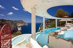 Hacienda Na Xamena in San Miguel, Ibiza  Dit fantastische hotel is gelegen aan de noordwestkust van het eiland, niet ver van het kustplaatsje Port de San Miguel. Het ligt 180 meter boven de baai van Na Xamena en op het hoogste punt ligt een groot zwembad (met bubbels!) met trapstructuur.