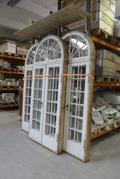 Genbyg på Amager, masser af gamle fine vinduer og døre til drivhus.