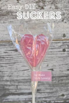 How to Make Easy Homemade Suckers Homemade suckers are easy to make with a few supplies- I'll show you how! Get the fun tutorial and get ready to make your own homemade lollipops. How To Make Lollipops, Homemade Lollipops, Cake Pops How To Make, Homemade Candies, Hard Candy Recipes, Sweet Recipes, Alcohol Recipes, Lollipop Recipe, Lollipop Lollipop