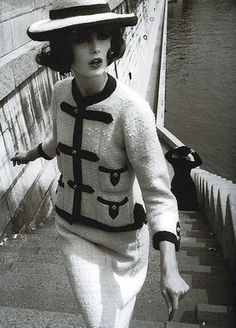 Coco Chanel styles: this is Chanel Couture from the She made a comeback after the war. Her designs were very tailored. Chanel Vintage, Vintage Couture, Vintage Glamour, Vintage Beauty, Coco Chanel 1920s, Coco Chanel Fashion, 1960s Fashion, Look Fashion, Vintage Fashion