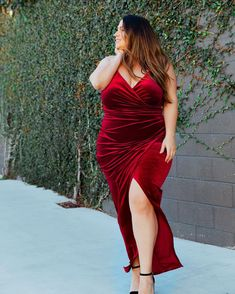 🌹 Ready to be wined & dined for Valentine's Day 😜 Plus Size Womens Clothing, Clothes For Women, Plus Size Beauty, Curves, Beautiful Women, Formal Dresses, Chic, Lady, Smile