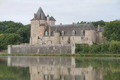 Château de La Chapelle d'Angillon Castle Ruins, Castle House, Routes, French Castles, Royal Life, Beautiful Castles, French Chateau, Kirchen, British Isles