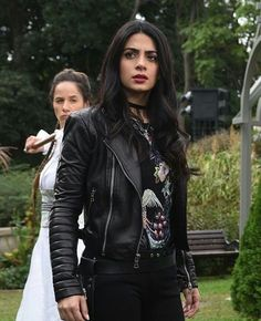 Isabelle Lightwood (Emeraude Toubia) Shadowhunters: The Mortal Instruments Isabelle Lightwood, Shadowhunters Outfit, Cassandra Clare, Shadowhunters The Mortal Instruments, Shadow Hunters, City Of Bones, Marie, Cool Outfits, Leather Jacket