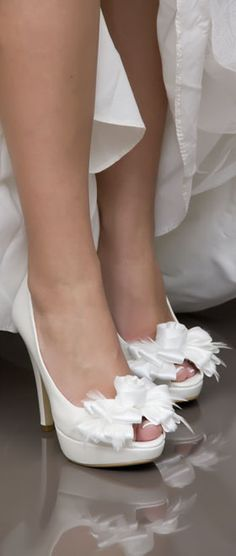 Zapato de novia de Ángel Alarcón hecho en España. // Angel Alarcon, made in Spain shoes. Bride shoes.
