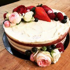 Tarta de Red velvet, con deco en frutas y flores romanticas. Cupcakes, Deco, Fondant Cakes, Lolly Cake, Homemade Recipe, Candy Stations, Homemade, Recipes, Drawings