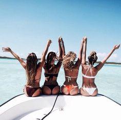 Immagine tramite We Heart It #bestfriends #bikinis #boat #sea #summer