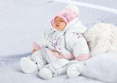 Педиатры советуют одевать новорожденного зимой в три слоя одежды. ☝Нижний слой одежды включает в себя: памперс, распашонку, ползунки, чепчик, носки. ☝Средний слой одежды – это закрытый комбинезон или комплект (кофта и штанишки). ☝Верхний слой одежды – это теплый закрытый комбинезон, зимняя шапочка и шарф. ➡Верхний комбинезон может заменить конверт.