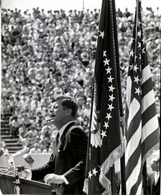 1962. 12 Septembre. By Ted ROZUMALSKI. President John F. Kennedy addresses a crowd at Rice Stadium in Houston (Ted Rozumalski/Houston Chronicle)