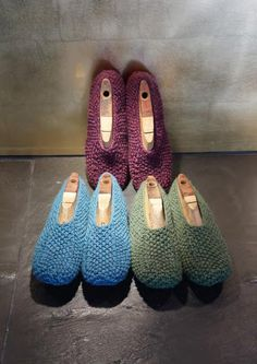 # 01 and # 25 Slippers pattern by Lana Grossa Knit Shoes, Crochet Shoes, Knit Or Crochet, Knitted Slippers, Slipper Socks, Knitted Bags, Knitting Socks, Hand Knitting, Knitting Patterns