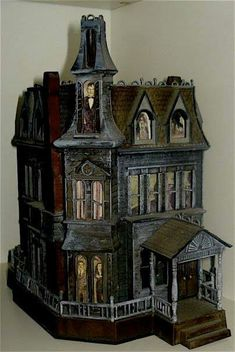 Addams Family Mansion Dollhouse ~ my girls love Halloween, this would be great ! Haunted Dollhouse, Haunted Dolls, Dollhouse Miniatures, Dollhouse Ideas, Haunted Houses, Haunted Mansion, Addams Family House, Casa Halloween, Haunted Halloween
