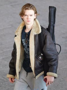 Thomas Sangster arriving to Cape Town in South Africa to film The Death Cure Dylan Thomas, Dylan O'brien, Thomas Brodie Sangster, The Maze Runner, Maze Runner Thomas, Men's Leather Jacket, Shearling Jacket, The Scorch Trials, Celebs