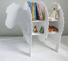 Mueble organizador de ovejita. Con tan solo unos cuantos pedazos grandes de cartón, puedes realizar estupendas cosas como en este caso este pequeño mueble para organizar las cosas de tus niños. http://wp.me/p1ytFq-KS
