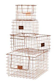 5 Koperkleurige, metalen manden van Sissy-Boy Homeland, vanaf € 12,95. sissy-boy.nl 6 Sneeuwbol Souvenir van Maison Martin Margiela om een speciaal kleinood in te plaatsen, € 149. martinmargiela.com 7 Kaarsenstandaard Cassiopée van Margaux Keller voor Roche Bobois, marmer en metaal, 27 cm hoog, € 285. roche-bobois.com 8 Glazen, vintage kerstbal van Sissy-Boy Homeland, € 5,95. sissy-boy.com 9 Standaard met leren koorden om kandelaar Season mee te liften, € 70 excl. kandelaar à € 85. ...