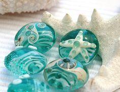 Handgefertigte Glasperlen Lampwork zart blaugrün grün Ozean Farbtöne. Diese Glasperlen haben Linsen Form, also beachy! Echte Farben des Ozeans - erfrischend! Und ein Seestern natürlich... __________________________ * Menge: 6 Perlen * Größe: 18mm Linse * Loch: aprox.2mm * Ofen getempert und gereinigt __________________________  Dieses Set wird auf Bestellung gefertigt und wir haben es im Angebot jetzt versandbereit. Es ist handgemachte Perlen, die sie leicht variieren können.  ✿All…