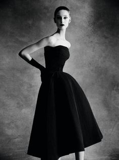 For Sale on - Dior Sonnet dress, Autumn - Winter 1952 Haute Couture Collection, Archival Pigment Print by Patrick Demarchelier. Offered by Staley-Wise Gallery. Glamour Vintage, Vintage Dior, Moda Vintage, Vintage Couture, Vintage Hats, Dior Haute Couture, Style Couture, Couture Fashion, Patrick Demarchelier