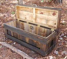 Jacobean Hope Chest / Toy Box/Blanket Storage from Reclaimed Pallet - no plans, but I love the idea with an upholstered top for an ottoman. Pallet Crafts, Pallet Projects, Wood Crafts, Woodworking Projects, Diy Pallet, Pallet Wood, Pallet Ideas, Woodworking Wood, Diy Crafts