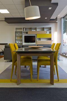 Parete Sangiacomo, tavolo Moving, tappeto Follower e sedie Anais di Calligaris