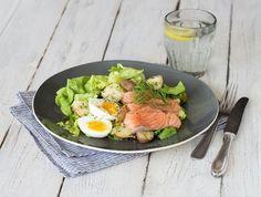 Salade met gerookte zalm, spruiten, ei en aardappelen