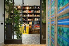 Biblioteca forjada y vidriera