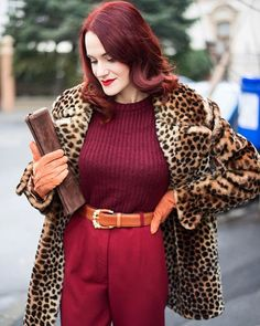Je suis topită după astă haină ❤️#vintage #lilliann | SnapWidget Hourglass Fashion, Hourglass Style, My Kind Of Love, Instagram Widget, Cold Weather Fashion, Dita Von Teese, Second Hand, Cape, Vintage Fashion