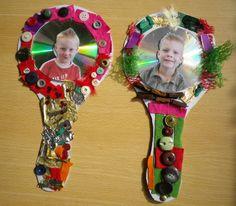 Thema; De kapper; een CD op karton geplakt, rondom versiert met kosteloos materiaal: knopen stofjes, veertjes, kralen. Plak er eventueel een foto op