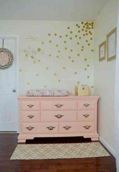 Commode à langer rose pour la chambre d'une petite princesse